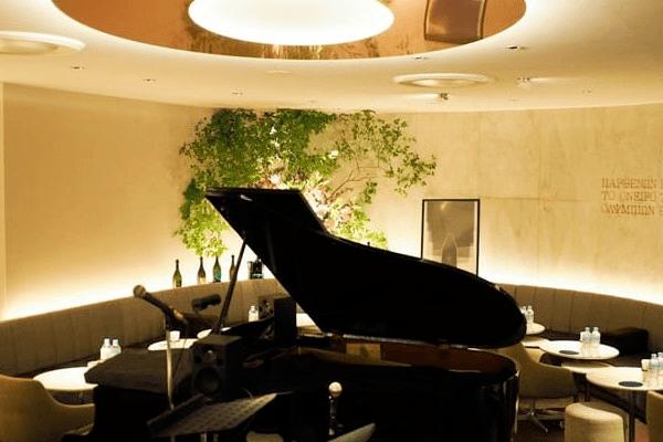 フロアには高そうなグランドピアノが